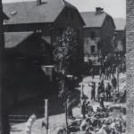 Archiwalna fotografia z okresu funkcjonowania obozu. W głębi bloki obozowe poddawane zabiegom konserwatorskim.