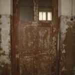 Oryginalnie zachowane drzwi do jednych z cel obozowych. Fot. I. Płuska