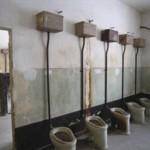 Toalety obozowe w Bloku A-2, aktualny stan zachowania po wyzwoleniu obozu w 1945 r. Fot. I. Płuska