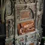 Fragment wnętrza kaplicy. Nagrobek Stefana Batorego autorstwa Santi Gucciego (1595 r.). Stan przed konserwacją.