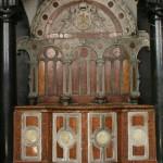 Fragment wnętrza kaplicy. Stalle królewskie autorstwa Santi Gucciego (1595 r.) z przedpiersiem pochodzącym z kaplicy Zygmuntowskiej. Stan przed konserwacją.