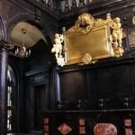 Fragment wnętrza kaplicy. Widoczna galeria oraz stalle barokowe. Stan po konserwacji.